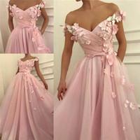 vestidos de graduación florales al por mayor-Elegante 2019 Pink Cheap Prom Dress Una línea fuera del hombro 3D Flores florales Tulle Longitud del piso Por encargo Graduación formal Vestido de fiesta de noche