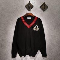 suéter rojo suelto tops al por mayor-Nuevo Suéter de los hombres Cuello de manga larga Gran abeja bordado Jerseys Outwear Hombre raya roja Suéteres con cuello en v Tops Loose Solid Fit tejido