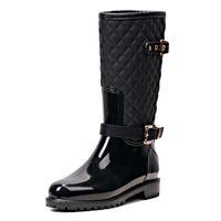 kadınlar için orta yüksek bot toptan satış-Moda Kadın Orta buzağı Yüksek Topuklu Yağmur Çizmeleri Slip-On Su Geçirmez Düşük Katı Boyutu Tıknaz Topuk Tasarım Tokaları Ayakkabı