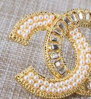 cadeau broche perle achat en gros de-Nouveau design en alliage cristal perle lettre broche dames fille costume mariage bijoux cadeau accessoires de mode