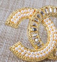 inci broş düğün toptan satış-Yeni tasarımcı alaşım kristal inci mektup broş bayanlar kız elbise düğün takı hediye moda aksesuarları