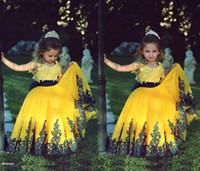 ingrosso vestito dalla ragazza del fiore del bateau giallo-2018 Lovely giallo Flower Girl Dresses scoop collo Ball Gown con pizzo pavimento lunghezza senza maniche Tulle Little Girls 'Pageant Gowns su misura