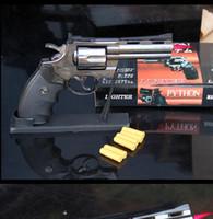 suportes para cigarros venda por atacado-Revólver Python 357 forma jet tocha isqueiro à prova de vento gás butano Rifillable 1: 1 escala de plástico + metal Gun com Titular Balas