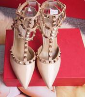 vestido rosa tacones negros al por mayor-Zapatos de tacón alto de las mujeres vestido de fiesta remaches de moda niñas sexy punta estrecha zapatos hebilla plataforma bombas zapatos de boda negro blanco color rosa