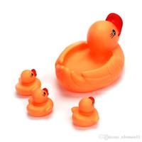 kostenloses baby-bad-set großhandel-Bad Spielzeug Mama Baby Gelb Schwimmende Gummi Rennen Niedliche Enten Familie Ente Schwimmen Für Baby Baden Freies Verschiffen Angepasst