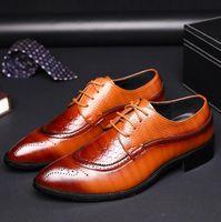 chaussures habillées en cuir oxford pour hommes achat en gros de-2019 Designer De Luxe En Cuir Brogue Mens Appartements Chaussures Casual Style Britannique Hommes Oxfords De Mode Robe Habillée Chaussures Pour Hommes Grande Taille x76