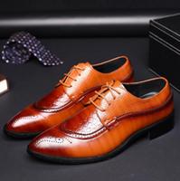 zapatos de estilo británico para hombre. al por mayor-2019 diseñador de lujo de cuero Brogue para hombre zapatos de los planos Casual estilo británico de los hombres Oxfords zapatos de vestir de moda para los hombres tamaño grande x76