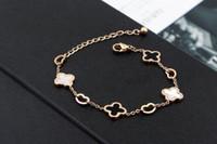 pulseras de hierba al por mayor-Versión coreana del nuevo corazón hueco de color blanco y negro Bell afortunada hierba de acero titanium plateado pulsera de oro rosa