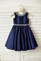 baby blue junior vestidos de dama de honor al por mayor-Vestido de niña de las flores de tafetán azul marino para la boda Junior Dama de honor Bautizo Bebé Vestido de una línea hasta la rodilla con cuentas de plata