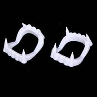 dentes brancos de vampiro venda por atacado-Zombie chaves bola Halloween vestir adereços dentaduras brancas dentaduras Zombie plástico dentes de vampiro dança decoração EEA694