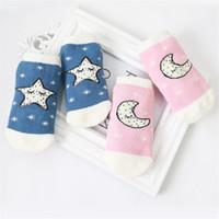 baby-weihnachtshefterzufuhren großhandel-Neugeborene Babys und Babys Bodensocken Cute Star Moon Squinting Pattern Rutschfeste Babysocken aus Frottee Anti-Rutsch