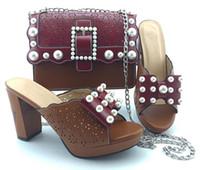 zapatos a juego bolsas marrón al por mayor-precioso vino y las mujeres zapatos de vestir marrones bolso de fósforo con bombas africanos y decoración de la perla conjunto de bolsas YM008, 10 cm de tacón
