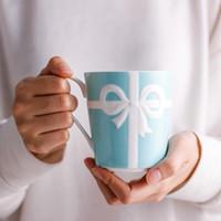 свободные фарфоровые чашки оптовых-Синий Рельефный Розетта Bone China кружка и чашка 350мл Белые кружки фарфора кофе Свадебный подарок на день рождения Бесплатная доставка
