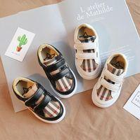 ingrosso pair i pattini dei ragazzi-Sneakers a quadri per bambini 2 colori Stripe Scarpe da ginnastica di design per bambini Scarpe da bambino per bambini 2 pezzi / paio OOA7055