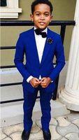 pañuelos azul real al por mayor-Slim Fits Royal Blue Young Tuxedos Juego de negocios para niños Juegos de fiesta de cumpleaños para niños (Chaqueta + Pantalones + Pajarita + Pañuelo) D71