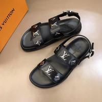 yeni moda terlik erkekler toptan satış-19ss New Men Sandalet Tasarım Ayakkabı Lüks Slide Yaz Moda Geniş Düz Kaygan Sandalet Terlik Flip Flop çiçek kutusu