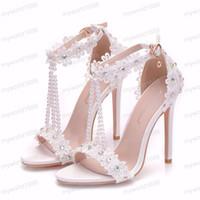 ingrosso sandali con fibbia a fiori bianchi-2019 sandali delle donne di alta qualità fiori di pizzo bianco perla nappa nuziale tacco super scarpe tacco alto snelle scarpe da sposa scarpe da sposa
