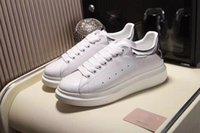 grabado de zapatos al por mayor-Zapatos casuales para mujer para hombre encantador Zapatillas de deporte transpirables de verano Cuero grabado Zapatos blancos de París Zapatillas deportivas Muffin Cuero plano