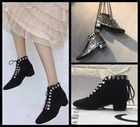 kadınlar için orta yüksek bot toptan satış-Satış 2019 casual tasarımcı Orta topuklu hakiki deri en yüksek kalite ayakkabı kadınlar sneaker ayak bileği Çizme kadın perçin ayak bileği Çizmeler