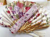fã de tecido chinês venda por atacado-Frete Grátis 20 pcs Personalizado Chinês Japonês Tecido Floral Dobrável Rodada Mão Ventilador com Sacos de Presente Fontes Do Partido de Casamento