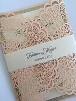 gold rosa hochzeitseinladungen großhandel-150pcs Light Pink Hochzeitseinladung, Pink Glitter Die Cut Flora Hochzeitsfeier lädt mit Bauchband, Free Printing Engagement Einladungen