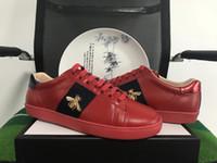 kırmızı kadın ayakkabıları toptan satış-Orjinal yenilikçi tasarımcı erkek ayakkabı el yapımı nakış arılar en kaliteli kadın tasarımcı ACE kırmızı kadın ve erkek rahat ayakkabılar boyutu 35-46