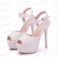sapatos de noiva com toques redondos mulheres venda por atacado-Sapatos de Casamento de Flor de Renda Branca Deslizamento No Dedo Do Pé Redondo Sandálias de Noiva Salto Alto Mulheres Bombas Raso Dedo Do Pé Redondo
