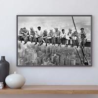 pinturas negras moradas al por mayor-Almuerzo en la cima de un rascacielos Pintura en lienzo Blanco y negro Arte de la pared Imagen Decoración moderna para el hogar Ciudad Paisaje Imagen de la pared Impresiones Cartel