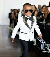 erkekler için beyaz ceket smokesi toptan satış-Özelleştirmek Beyaz Erkek Resmi Giyim Smokin Şal Yaka Çocuk Takım Elbise Çocuk Doğum Günü Balo Parti Takımları (Ceket + Pantolon + Papyon) D69