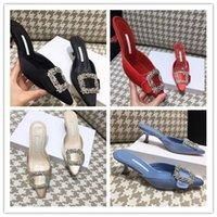 toka kaydırıcıları toptan satış-(Kutu + Toz Torbası ile) Kadın Yaz Moda düşük topuk Sivri Burun elbise parti Kaydırıcılar Yeni Varış Saten Kristal Toka Katırlar sandalet, 5.5 cm topuk