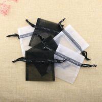 bolsas de dulces corea al por mayor-10pcs / lot Corea Yarn Letter Drawstring Square Bags 10x10cm Paquete de joyería negro / blanco Bolsas de polvo Bolsas de almacenamiento de regalos de dulces