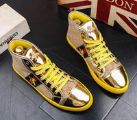 zapatos de estilo británico para hombre. al por mayor-Alta calidad Moda Hombre Alto estilo británico superior Rrivet Shoes Men Causal Zapatos de lujo Rojo dorado azul inferior de goma zapatos de vestir para hombre