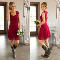 красное платье полной длины оптовых-Dare Red Короткие платья в стиле кантри с полным кружевом Платья для подружек невесты с длинными рукавами до колен Платья для подружек невесты Дешевые свадебные платья для гостей