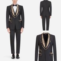 9bd69c83369d3 Traje negro para hombre con oro Apliques Tres piezas Trajes Novio Boda  Tuxedos por encargo (chaqueta + chaleco + pantalones)