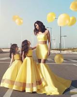 vestido de niña de flores amarillo sin tirantes al por mayor-lindo amarillo de dos piezas, vestidos de flores para niñas Satén sin tirantes hasta el suelo Vestidos formales para niños por encargo