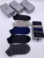 calcetines de algodón para mujer al por mayor-Mens de la manera mujeres ocasionales del tobillo calcetines de algodón calcetines Hombre Primavera Verano 5 pares con la caja Accesorios