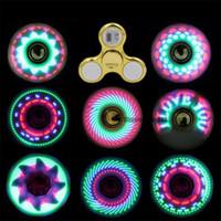 lumières tournantes pour les enfants achat en gros de-Fidget Spinner Toy Coolest led Flash Light Rainbow Spinner enfants jouets changement automatique modèle rotation rapide Jouets