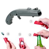 ingrosso bottiglie di birra in plastica-Creativo pistola a forma di apri della birra portatile Primavera Cap Catapult Launcher Strumenti Bar Bottiglia di birra coperchi Shooter birra Apribottiglie MMA2835-20