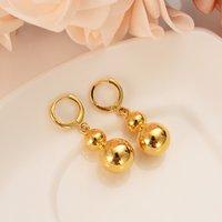 goldkürbis großhandel-Hochzeitszeremonie mit zwei einfache Ohrringe des Kürbisses Goldschmuck in begleitender Hand Braut Dubais, Indien