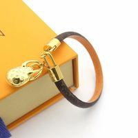yuvarlak kolye tasarımı toptan satış-Sıcak Satış Moda Marka Adlı Bilezikler Lady Yuvarlak Baskı Çiçek V Mektup Tasarım Deri Bileklik Bileklik Ile 18 k Altın Oyma Çanta Kolye