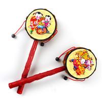 instrumentos musicais chineses venda por atacado-Chocalho Rums Noisemaker Brinquedos Instrumento Musical Chinês Tradicional Clássico Sinos de Mão Educação Primária 1 69zh F1