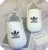 zapatillas de deporte de los muchachos al por mayor-Zapatos de bebé Zapatillas de deporte de cuero de la pu Recién nacido Bebé Niños Niñas Zapatos con rayas Patrón Infantil para niños pequeños Zapatos antideslizantes suaves