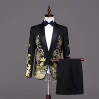siyah altın elbise smokin toptan satış-Cadılar bayramı Avrupa Mahkemesi Siyah 2 Parça Ceket Pantolon Takım Elbise Altın Nakış Ince erkek Sahne Şarkıcı Smokin Kostümleri