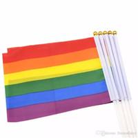 drapeaux colorés achat en gros de-14 * 21 cm gay fierté drapeau lesbienne LGBT coloré arc-en-main main agitant des bannières avec des mâts de drapeau en plastique pour les défilés de sports décor