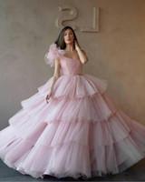 12-летние платья оптовых-Светло-розовые бальные платья на одно плечо Пышное платье Тюль Многоуровневое кекс Вечерние платья выпускного вечера Sweet 16 Age Vestidos De Quinceanera