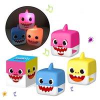plastikwürfel babyspielzeug großhandel-3 Farben 5,5 cm LED Musik Cube Baby Shark Kunststoff Spielzeug Cartoon Musik Shark Action-figuren Kinder Geschenke Neuheit Artikel CCA11530 180 stücke