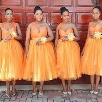 dama de longitud de té de tul más vestidos al por mayor-Longitud del té naranja Más el tamaño Vestidos de dama de honor Un hombro Encaje de cuello escarpado y tul Vestido de fiesta africano Una línea Vestidos de dama
