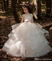 hermosos vestidos coloridos al por mayor-Gradas de niña de las flores vestido de bola bata barco hasta la manga del casquillo de longitud de vestidos del desfile de chicas con los granos apliques para el partido de boda