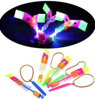 flecha volante llevó al por mayor-LED Increíble volando LED Flier Flyer flechas juguetes Flying Arrow Rocket Helicopter Rotación Flying Toy Party Regalos divertidos Regalos para niños