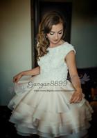 kısa vintage düğün elbisesi düğmesi toptan satış-Vintage Dantel Diz Boyu Kısa hippi Gelinlik balo 2019 zarif katmanlı organze ruffles Kapalı düğmeler Bahçe Gelin Önlükler